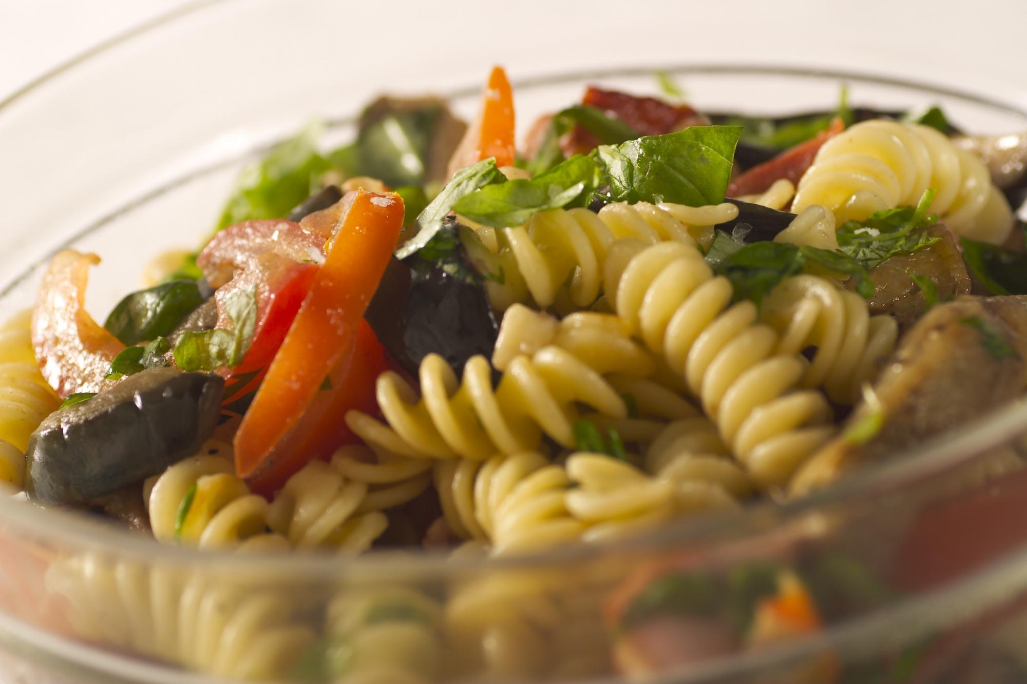 Varm pastasalat med auberginer