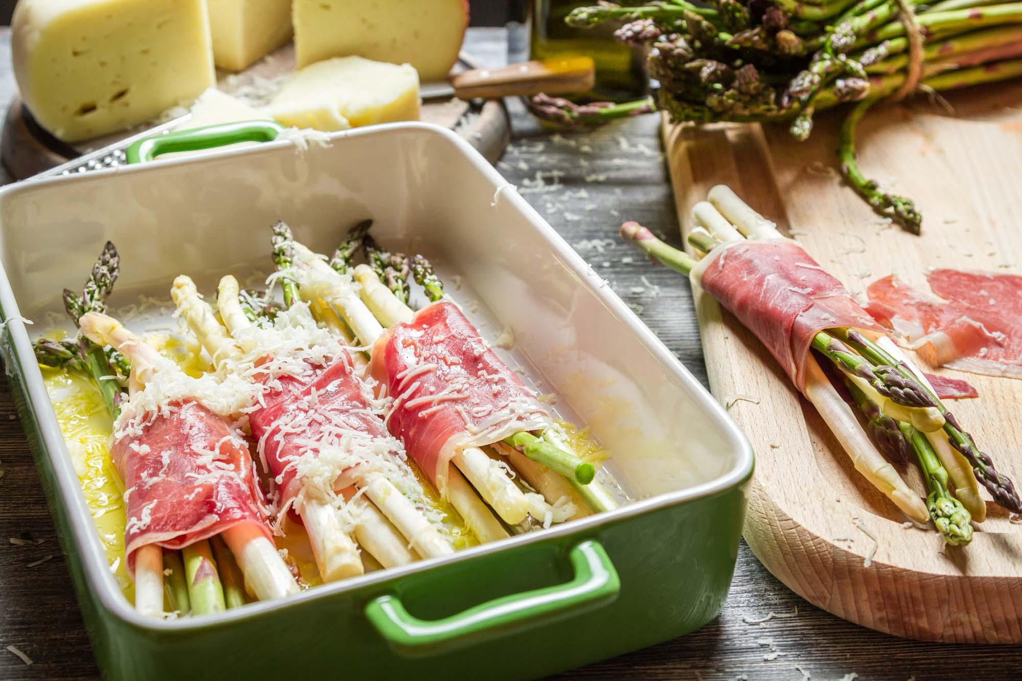 Ovnstegte asparges med parmaskinke