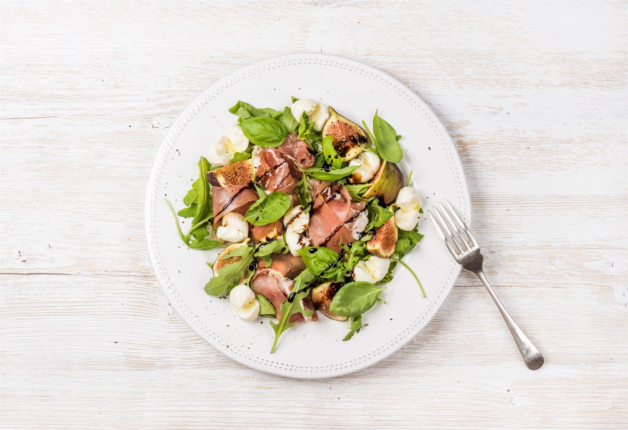 Salat af figner, parmaskinke og mozzarella