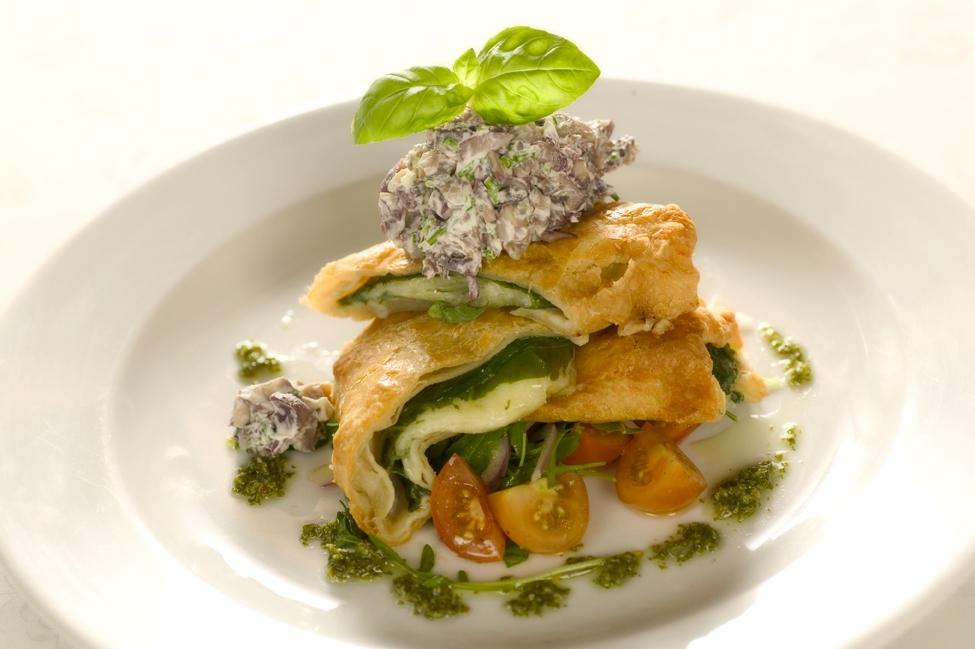 Roulade af spinat, mozzarella og oliven med champignoncreme