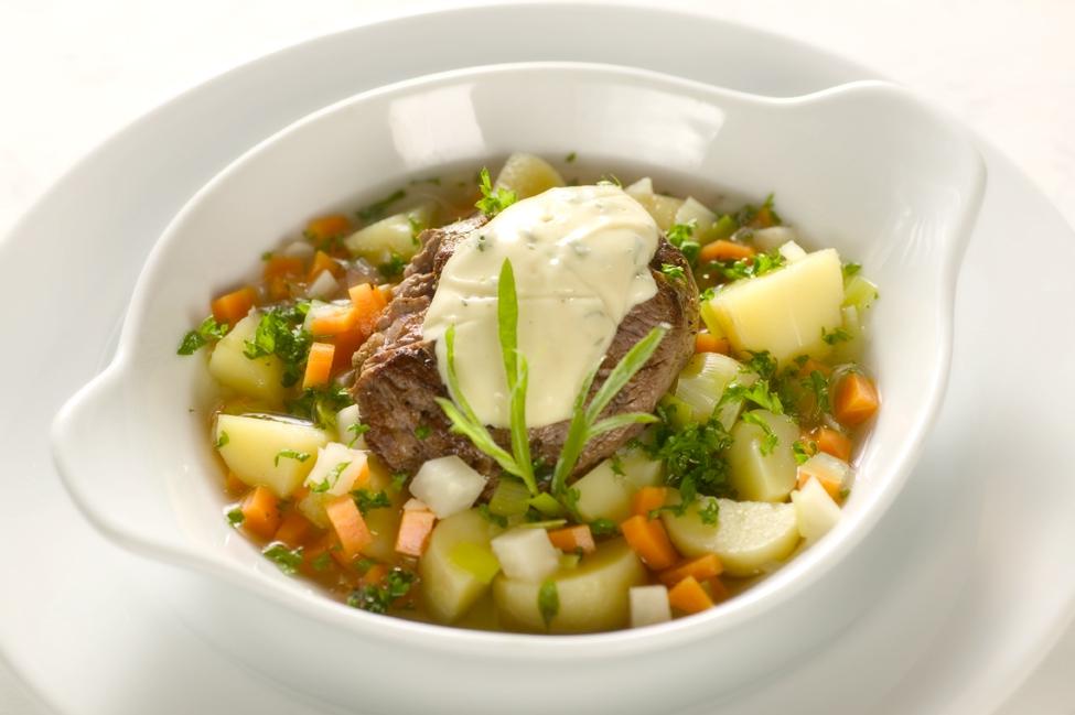 Kalvesteaks med grøntsags-pot au feu samt estragonmayonnaise