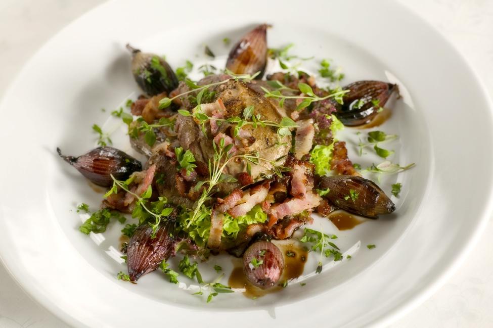 Kyllingelever med timian, bacon og karameliserede skalotteløg
