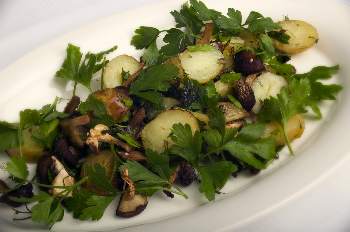 Ristede nye kartofler med svampe og skalotteløg