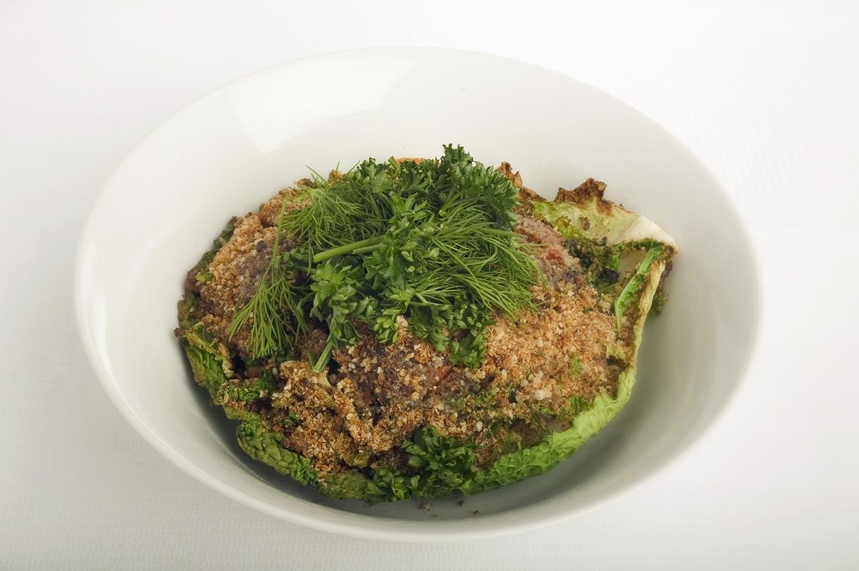 Fyldt kål med oksekød, squash og urter