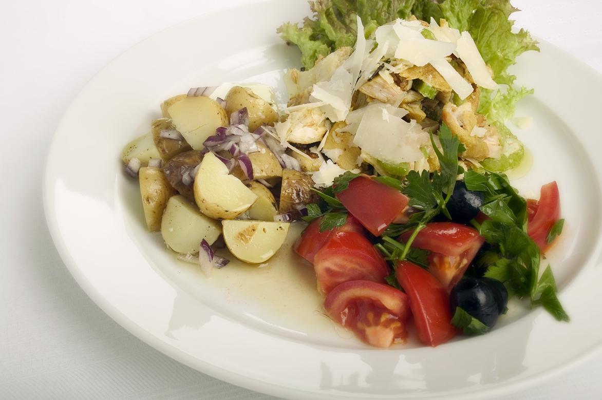 Kyllingesalat med kartofler, tomater og oliven