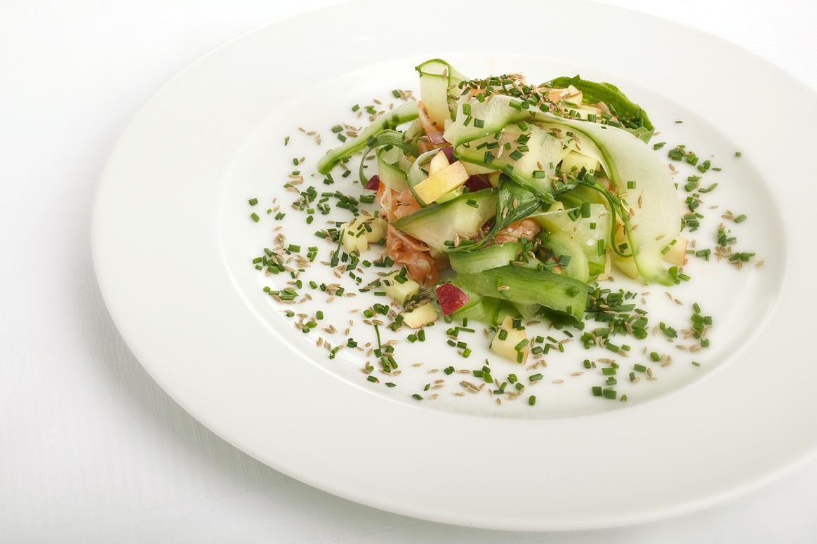 Salat med røget laks, agurk og kommenfrø