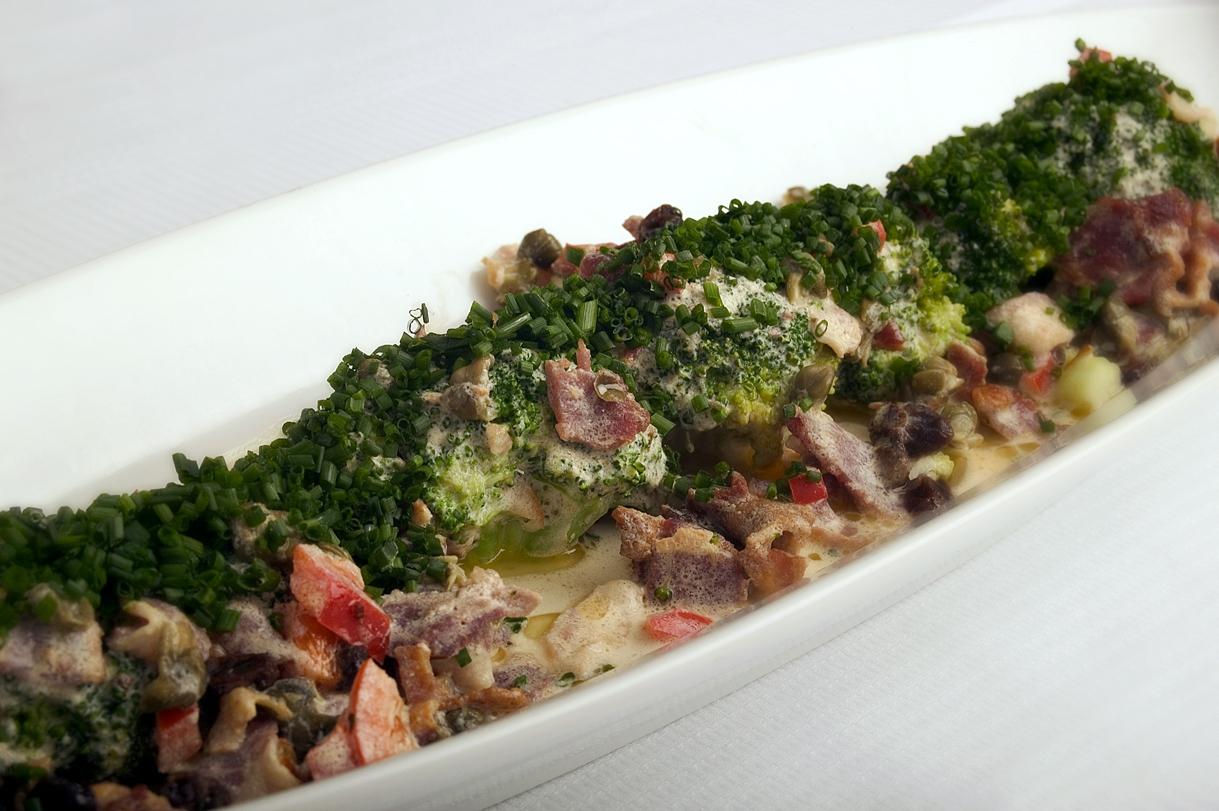 Broccoli med bacon, kapers, peberfrugt og rosiner