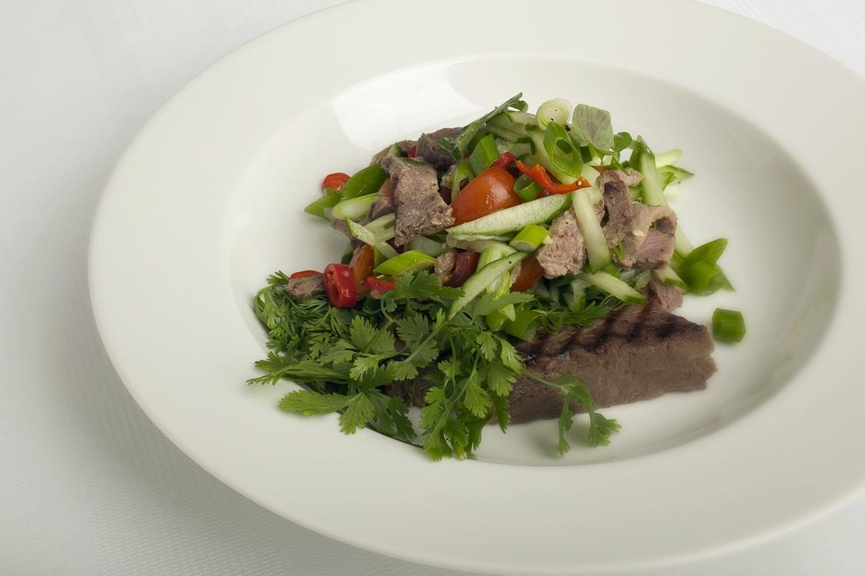 Thaisalat med grillet oksekød