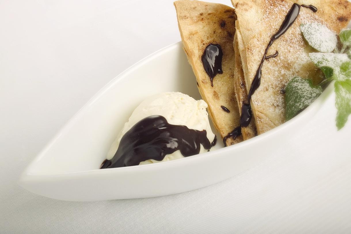 Mexicanske vanillesundaes med chokoladesauce og sprøde kaneltortillas