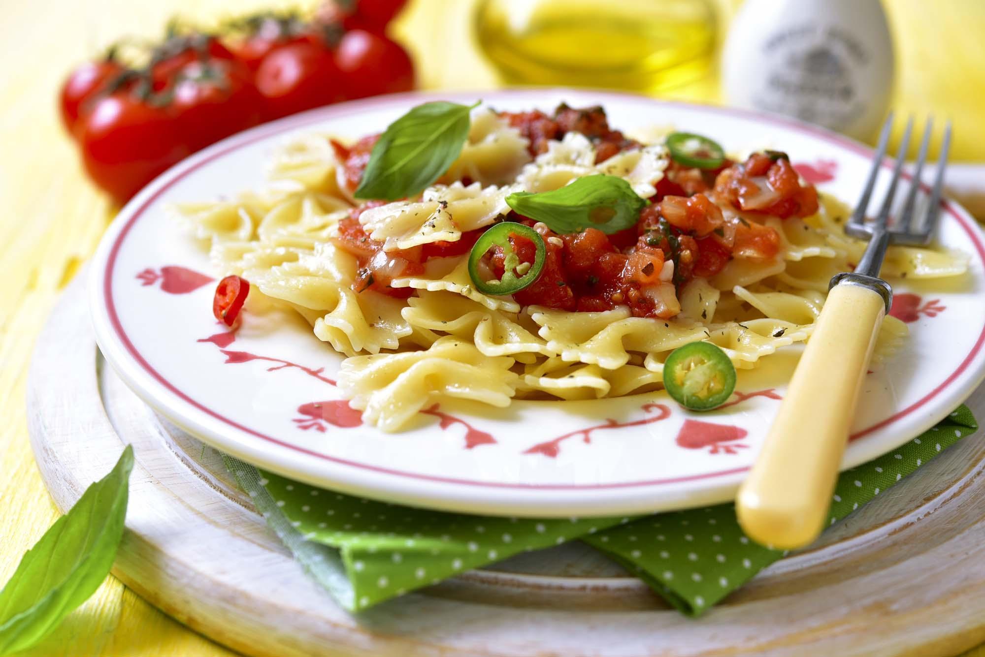 Farfalle med soltørrede tomater og spinat