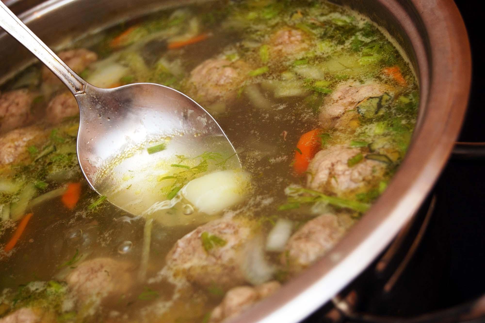 Suppe med endivie og små kødboller