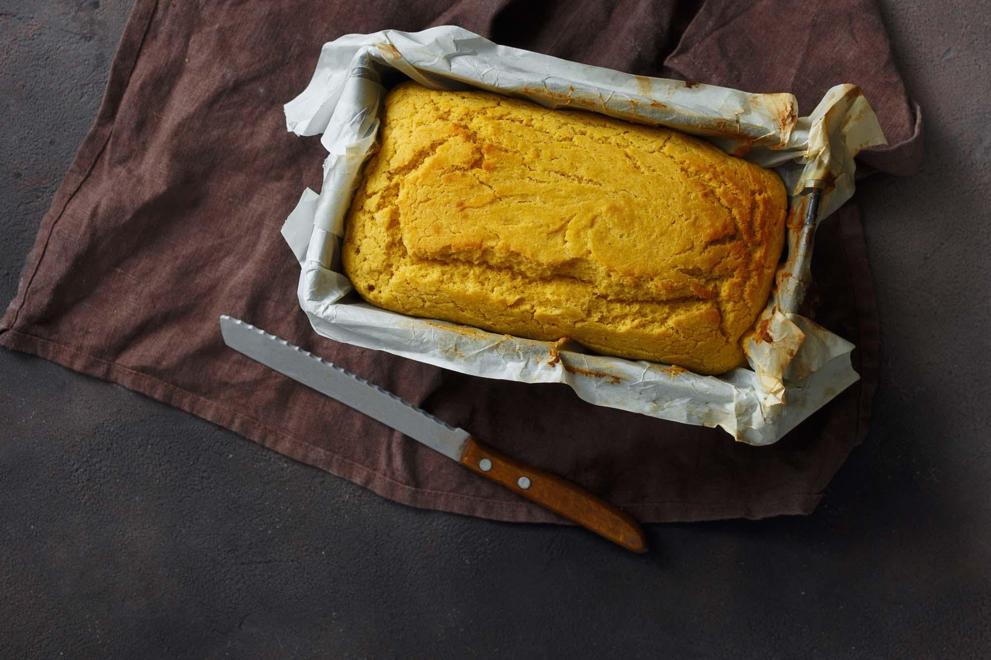 Majsbrød med forårsløg og parmesan