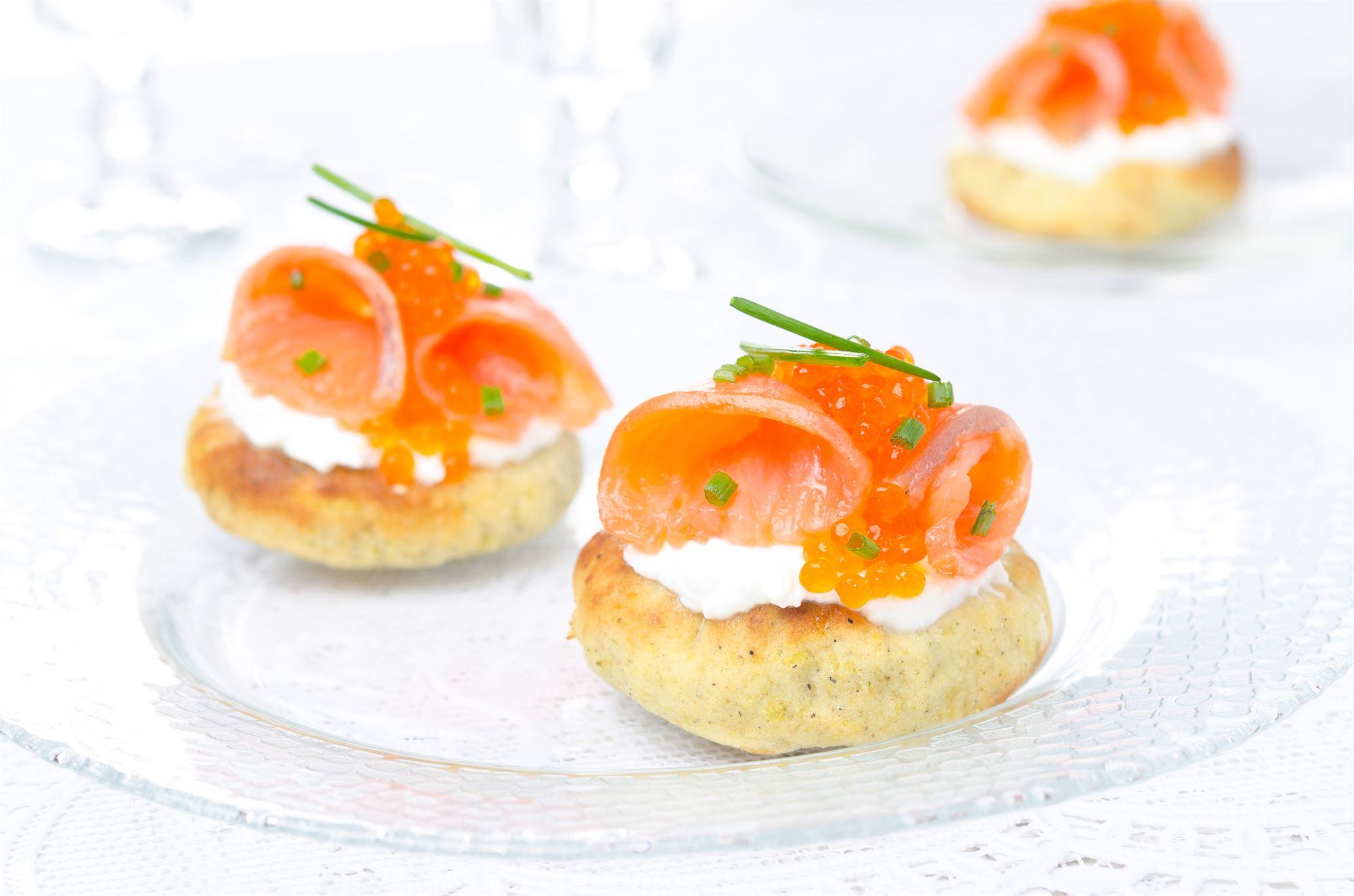 Kommenristede kartofler med røget laks og kaviar