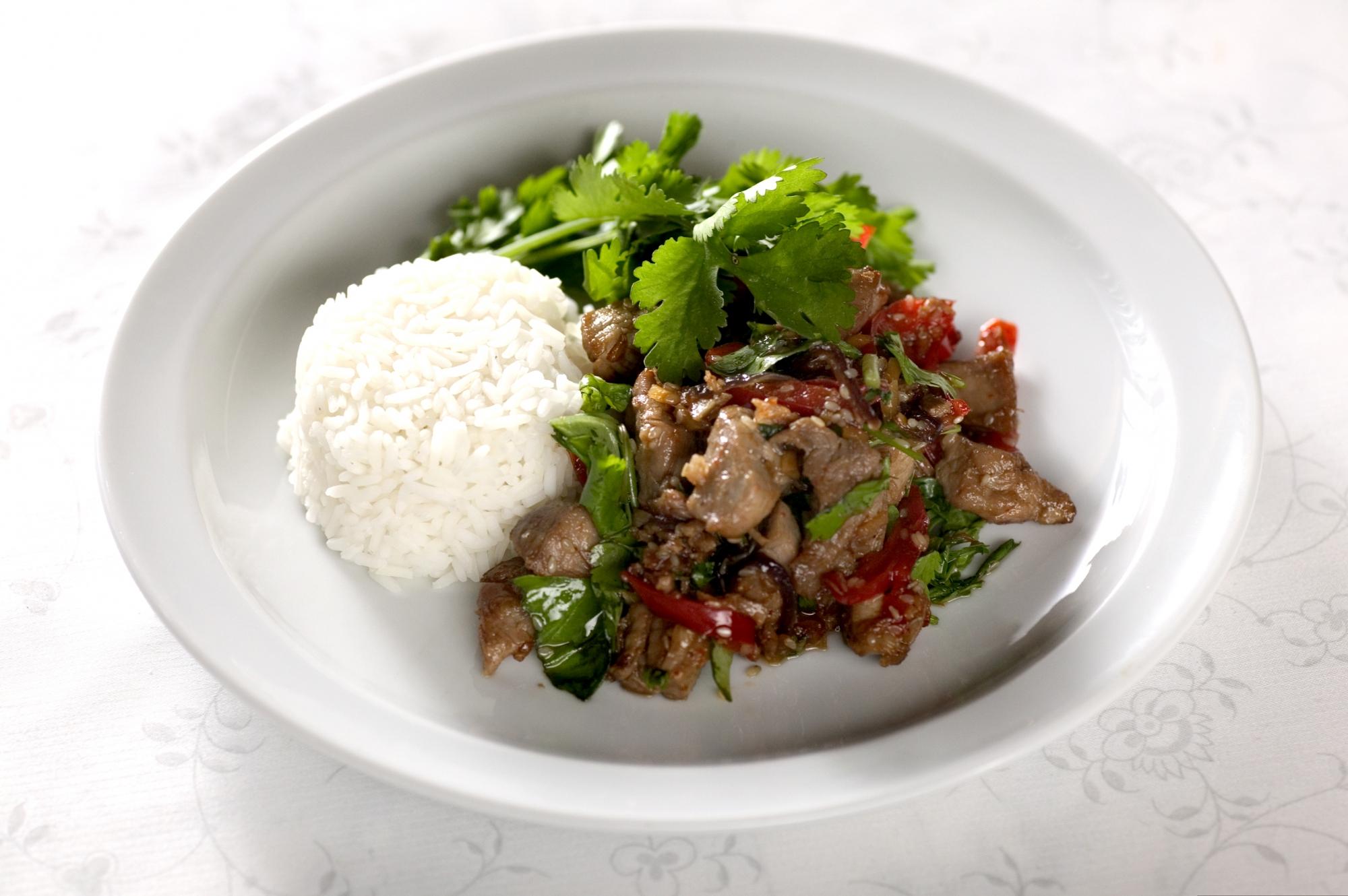 Stir-fry svinemørbrad med chili og koriander