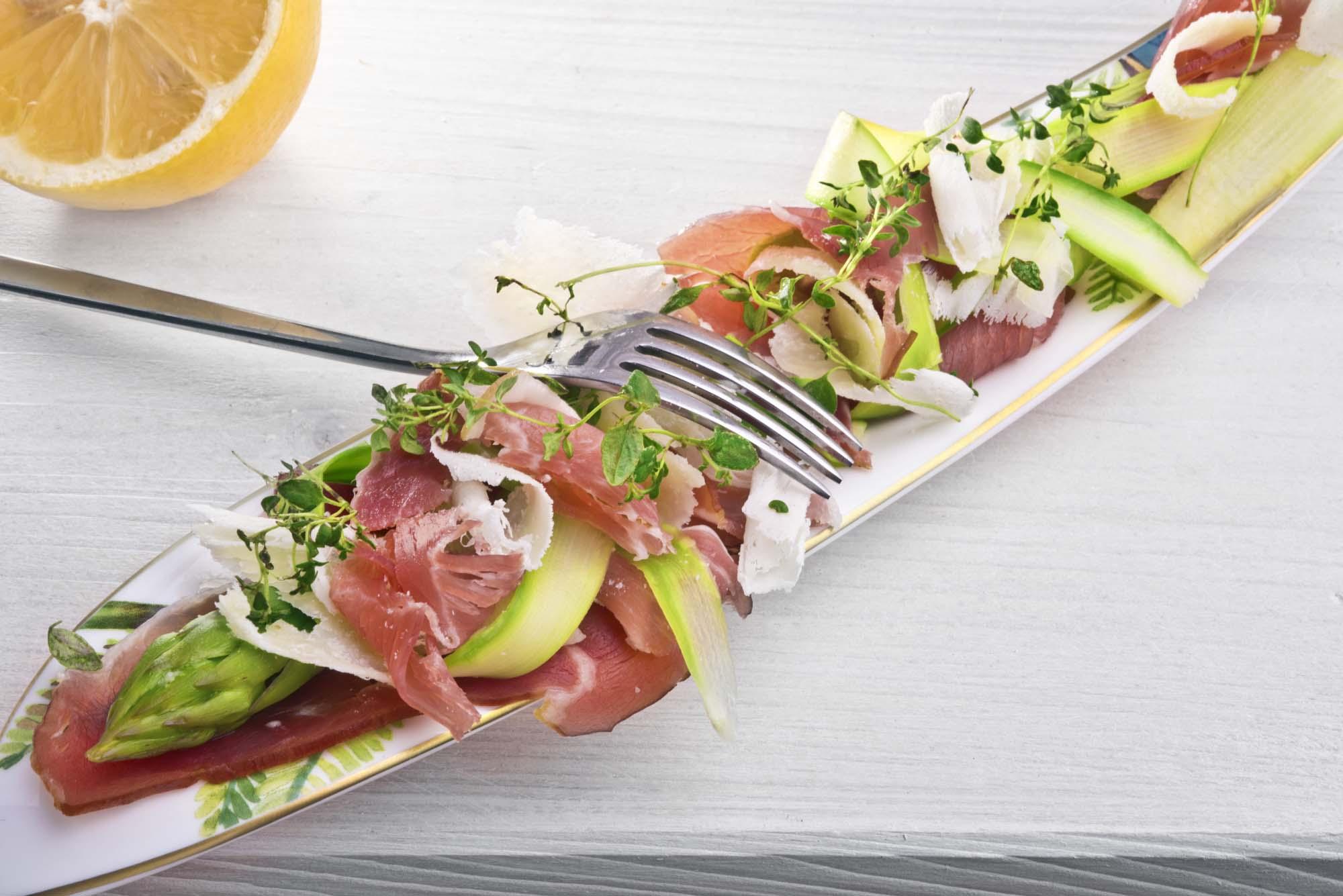 Salat med grillet asparges og parmesan