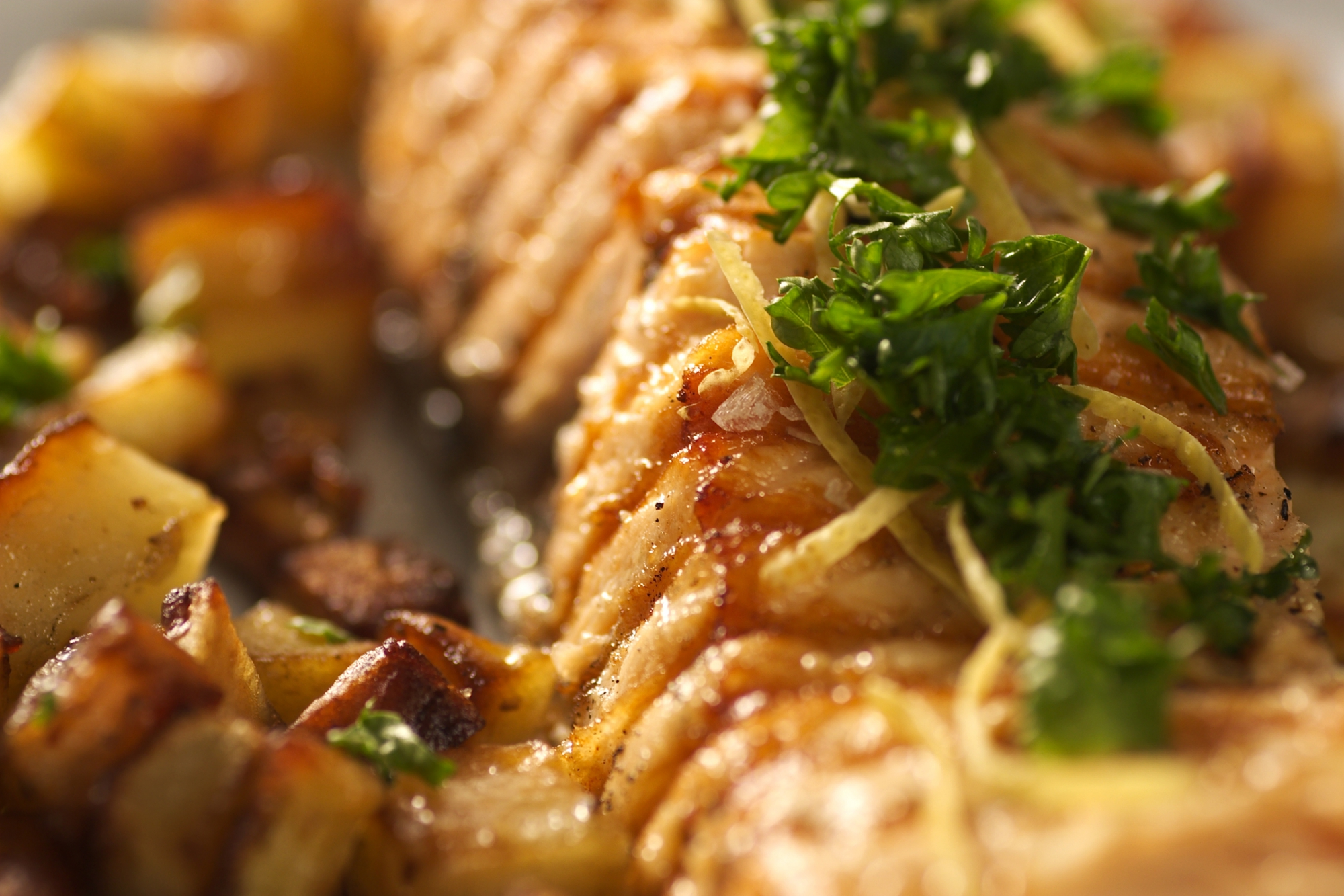 Grillet laks med råstegte kartofler
