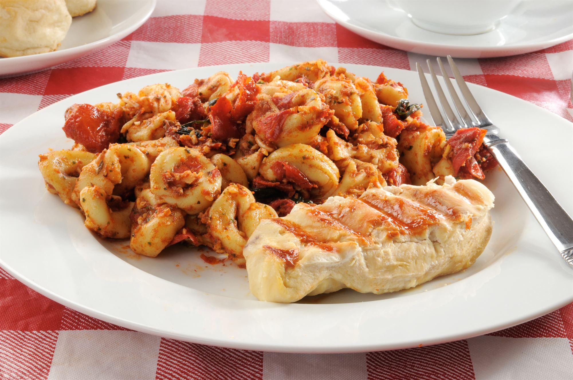 Pastasalat med tomatpesto og kyllingebryst
