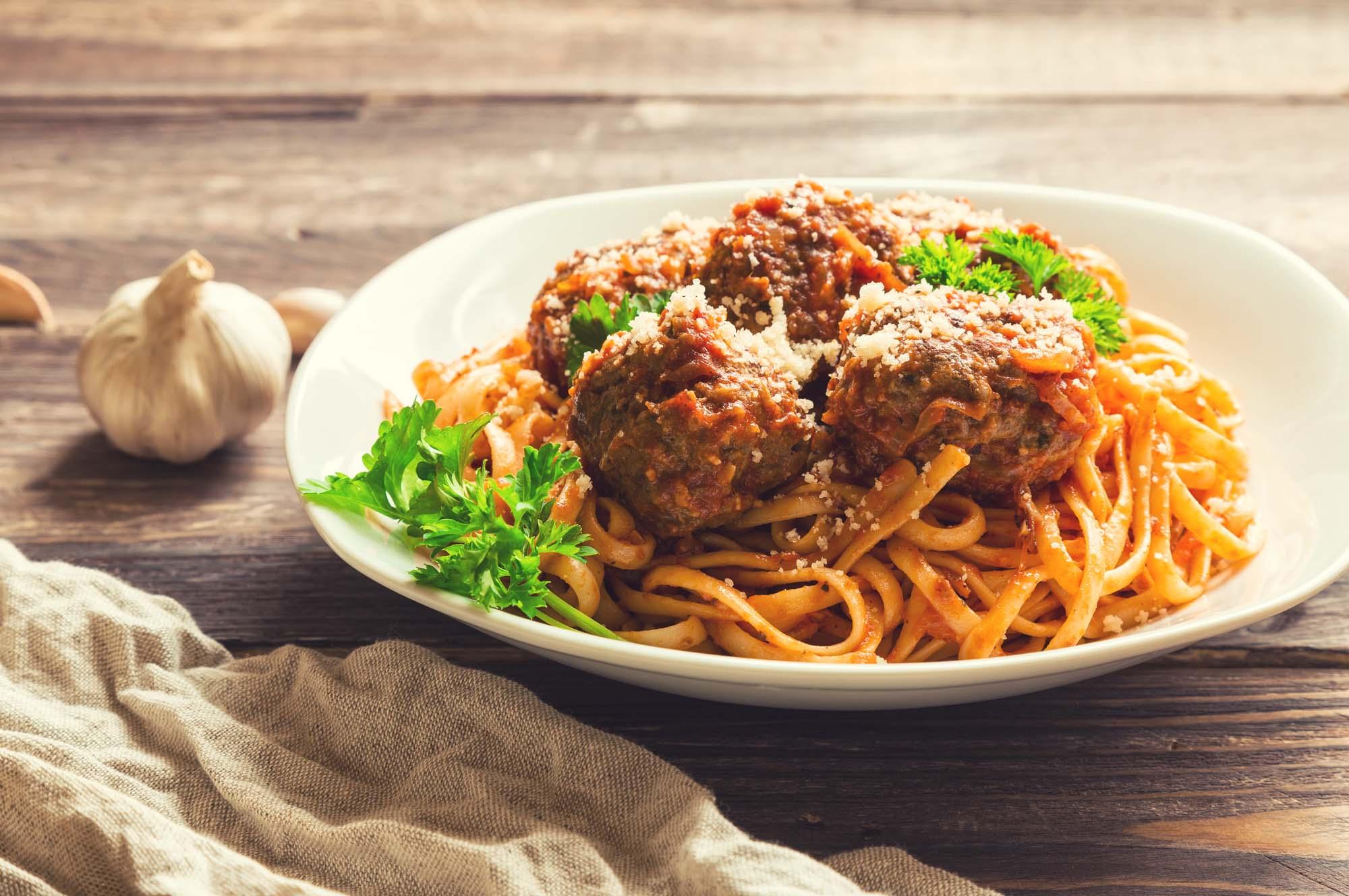 Italienske kødboller med tomatsauce og linguini