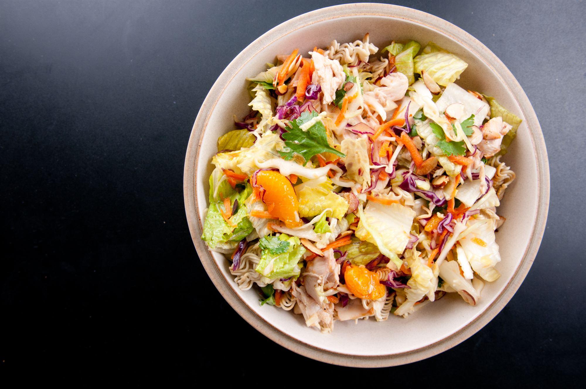 Salat med pinjekerner og kylling