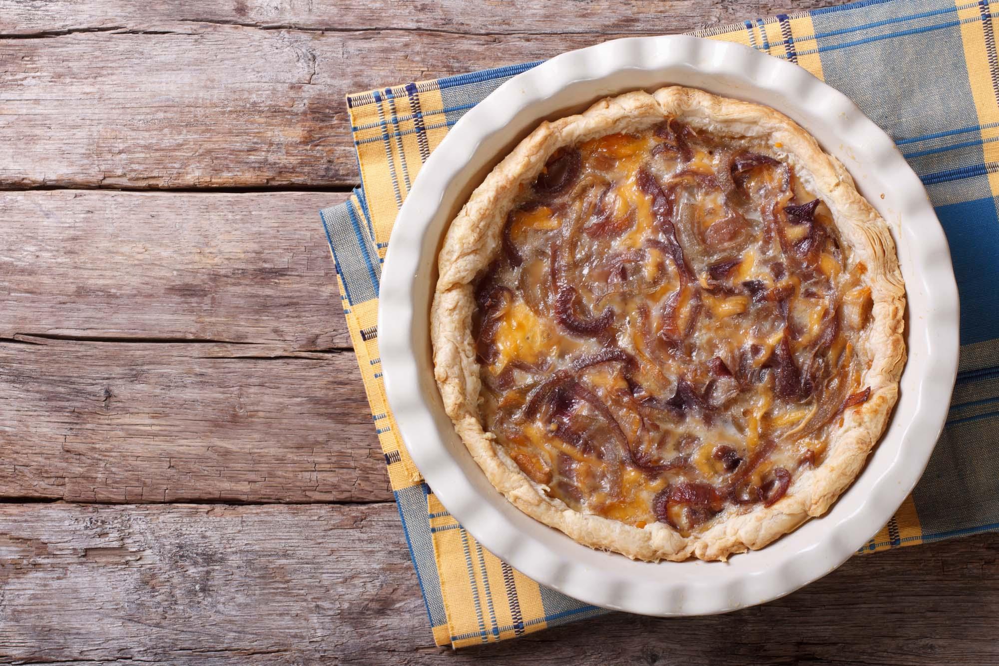 Tærte med skinke, ost og glaserede løg