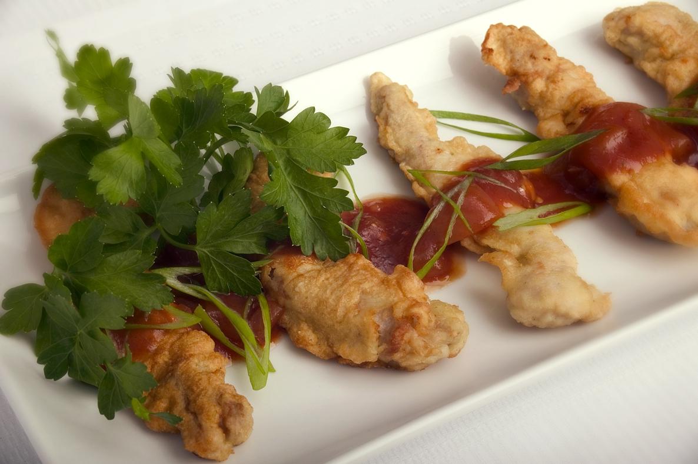 Sprødstegt svinekød med sursød sauce