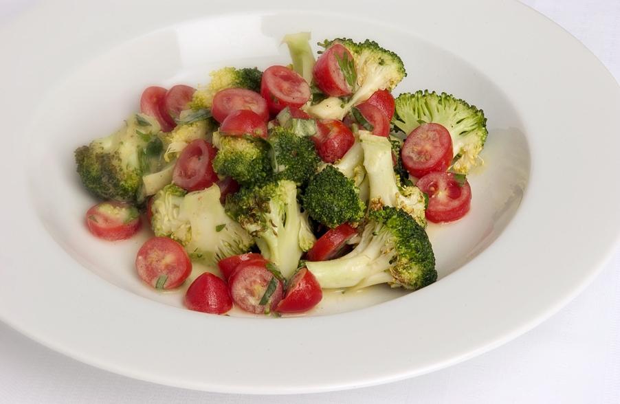 Salat med broccoli og cherrytomater