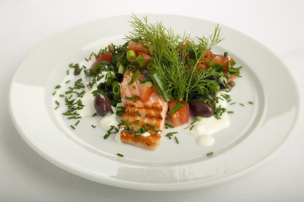 Grillet laks med tomat-olivensalsa