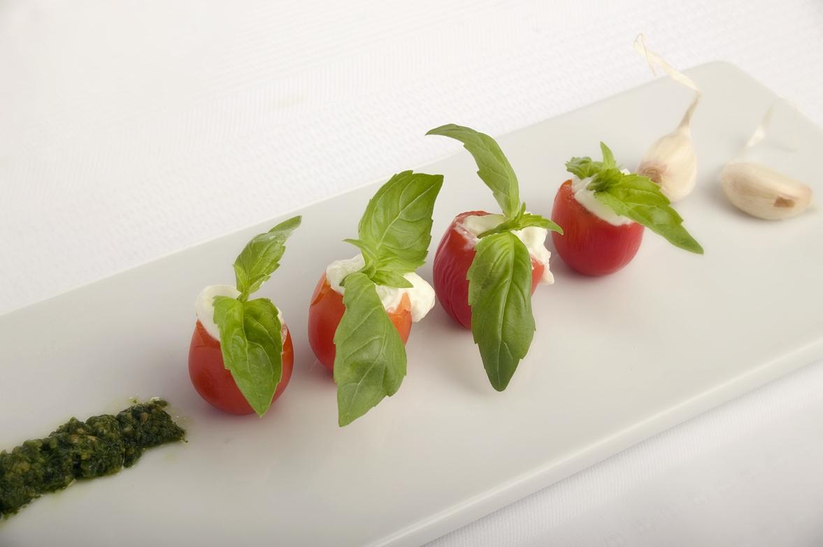 Cherrytomater med ristet hvidløgsfyld