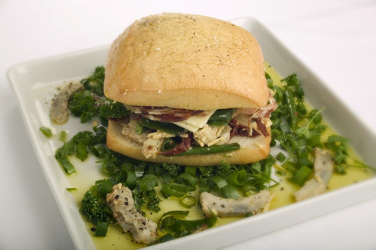 Foccacia med artiskok, frisk mozzarella og salami