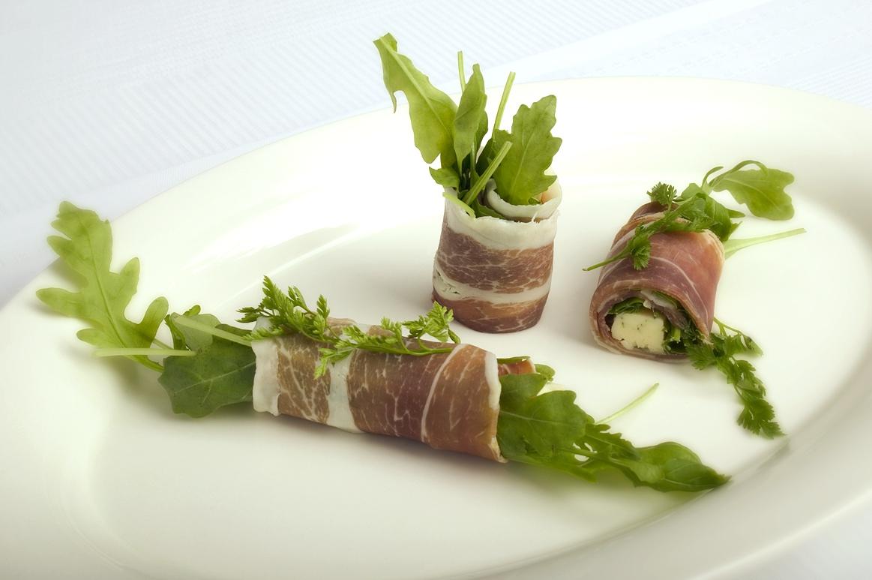 Parmaskinkeruller med gorgonzola og rucola