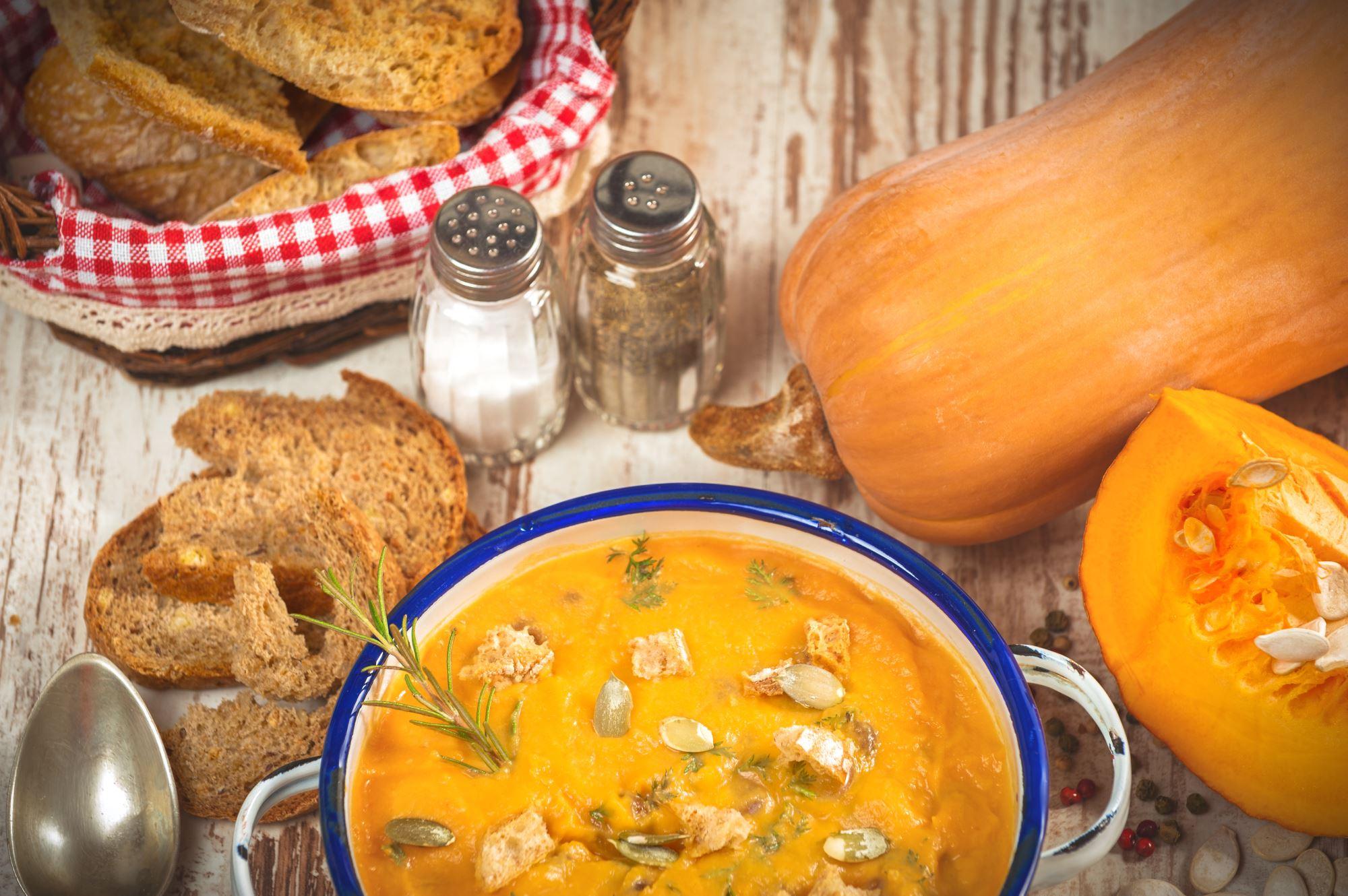 Cremet græskarsuppe serveret i græskar