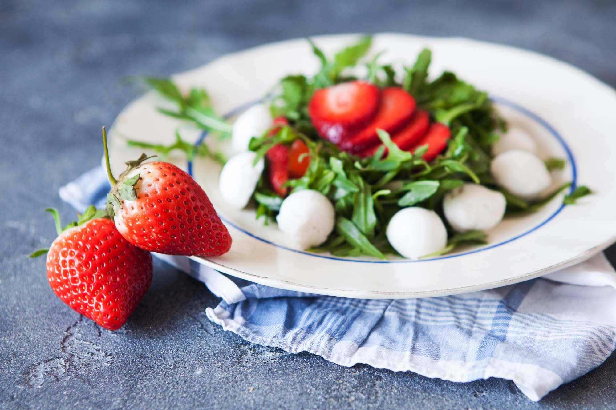 Bøffelmozzarella med jordbær og rucola