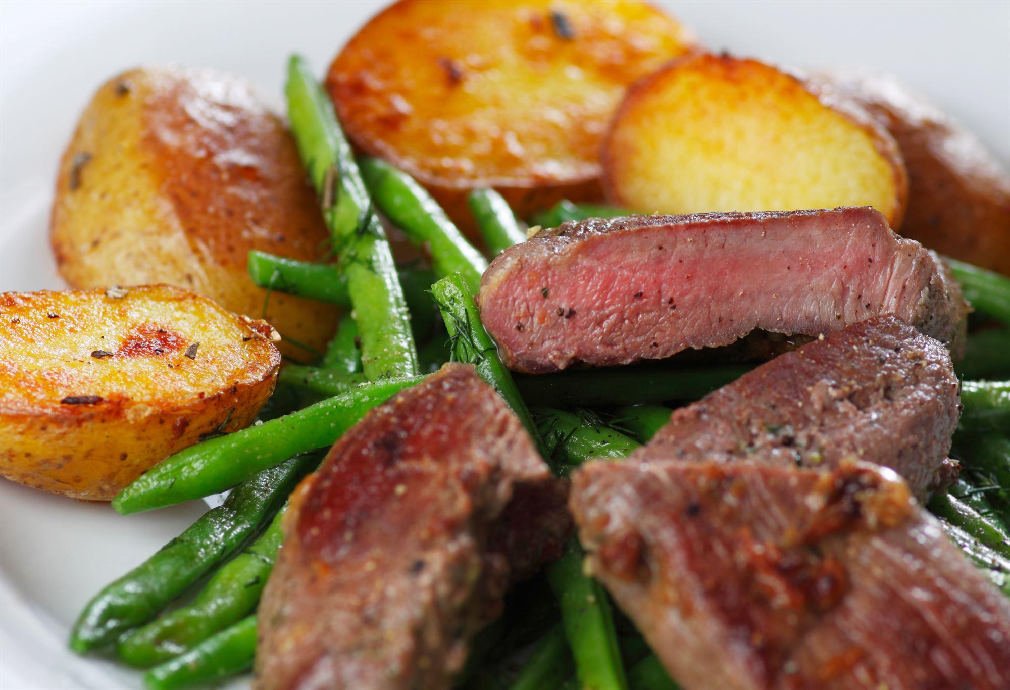 Grillet lammekølle med salat af kartofler, bønner og champignon