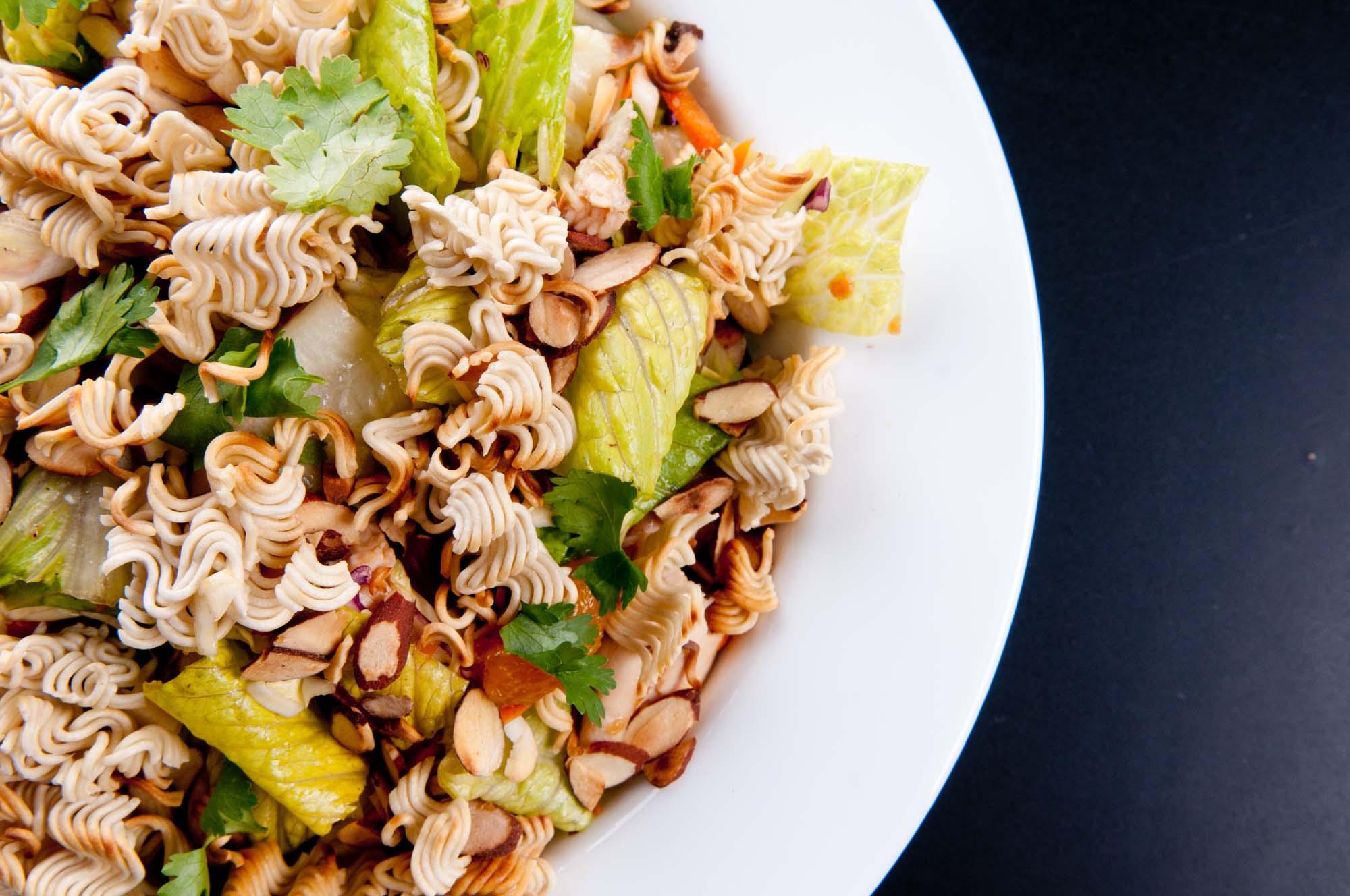 Nudelsalat med tang, ingefær og glaserede mandler