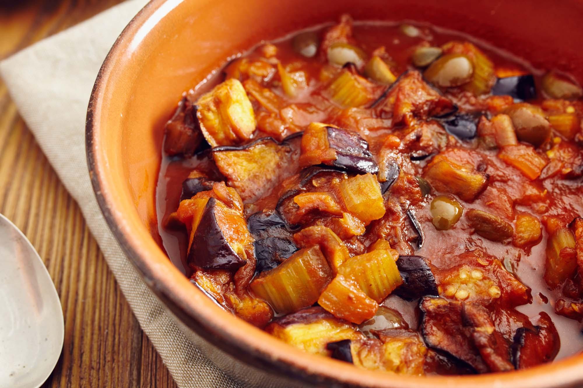 Aubergine i tomat og hvidløgssauce
