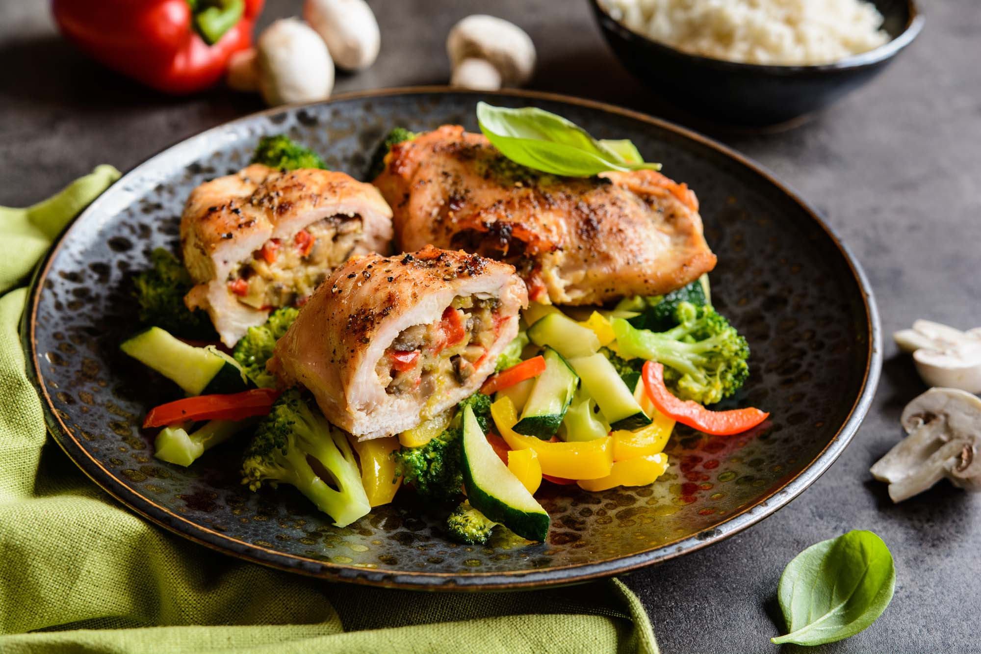 Champignonfyldte kyllingebrystfileter med tomatflødesauce