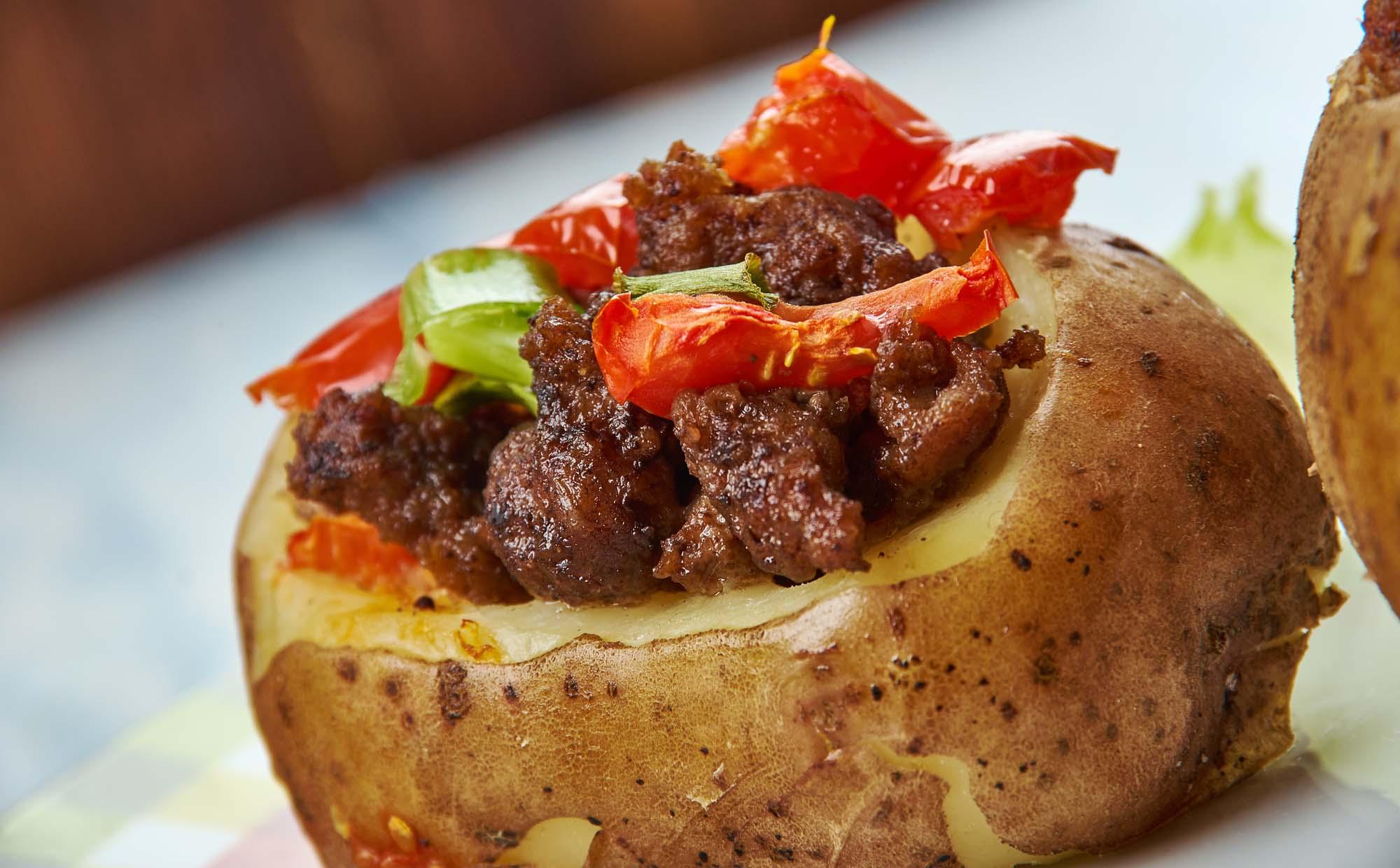 Bagekartoffel med kødfyld