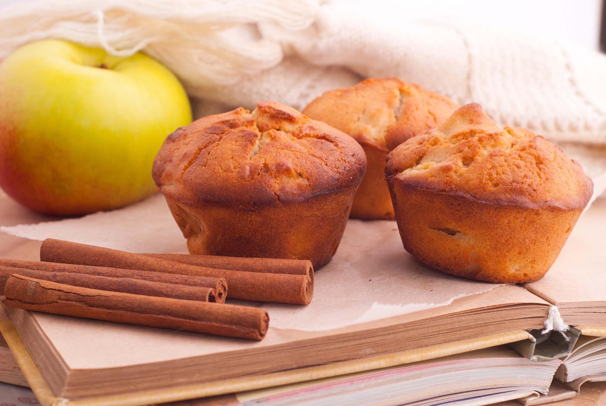 Æblemuffins med kanel og æble