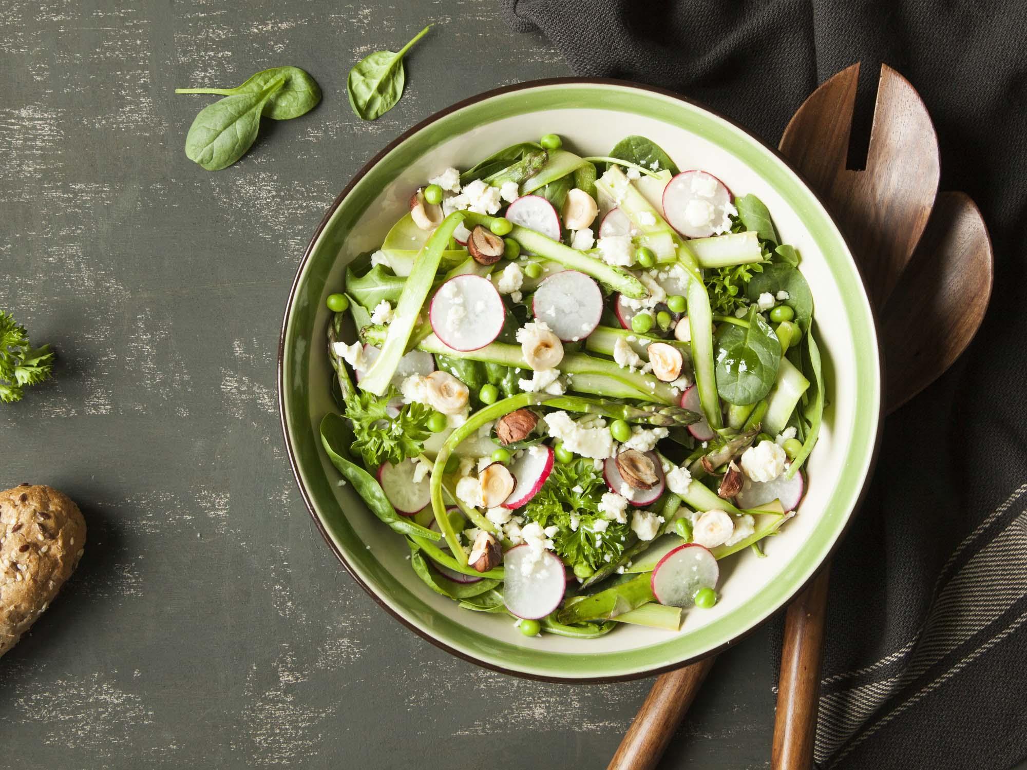 Salat med Asparges, edamamebønner, radiser og tomater