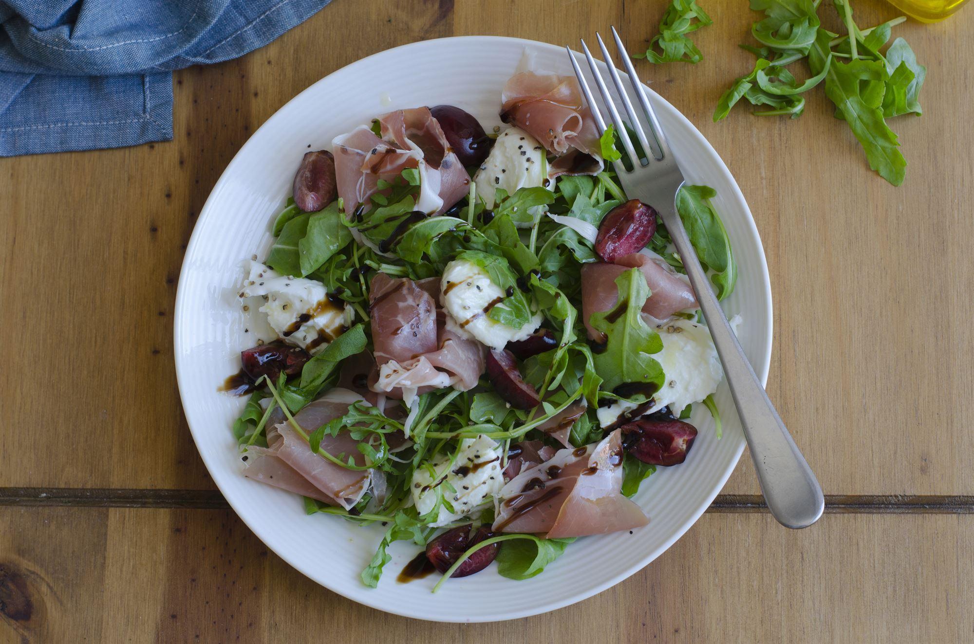 Salat med gedeost og parmaskinke