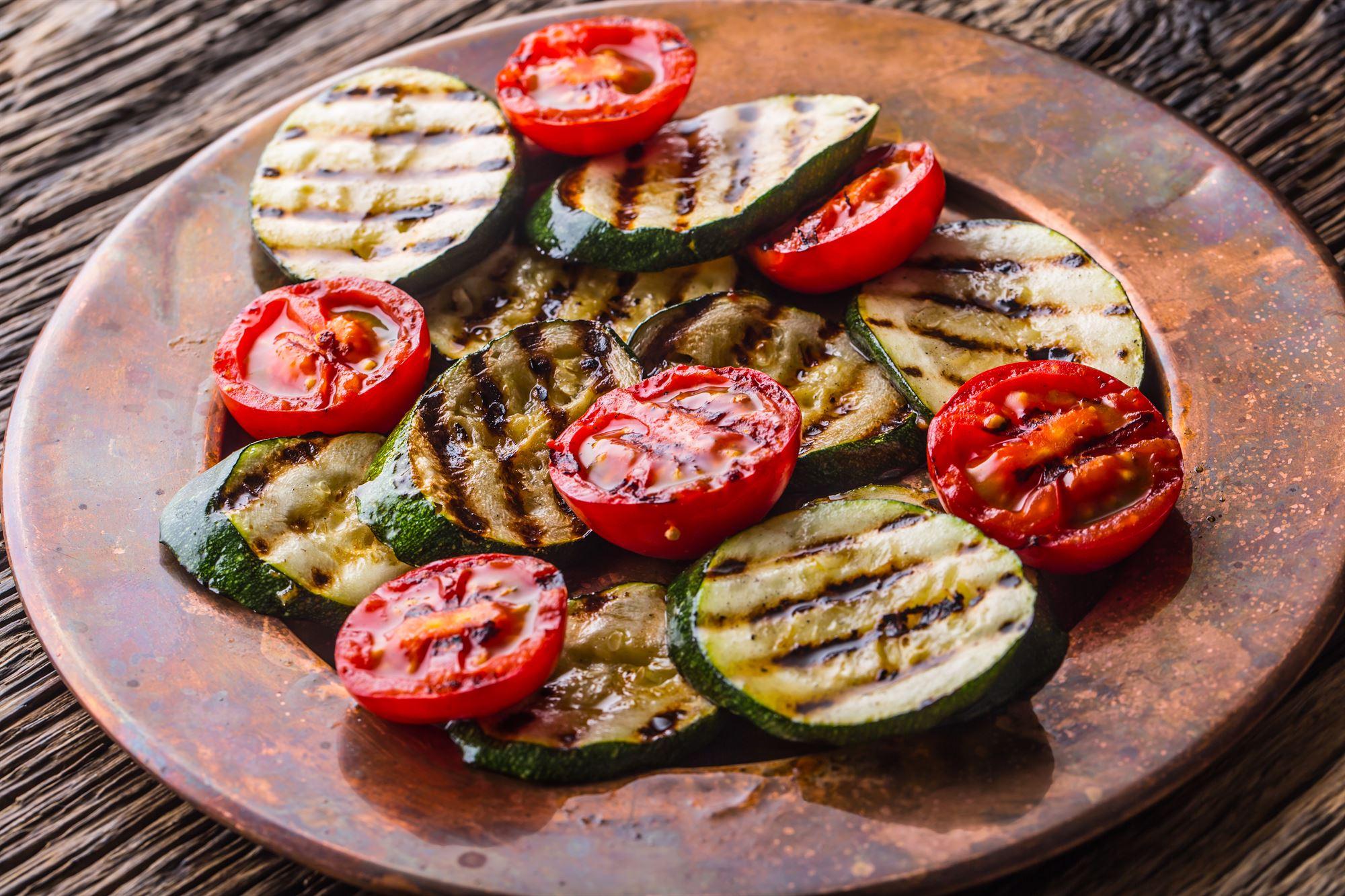Grillede squash og tomater med fetasauce