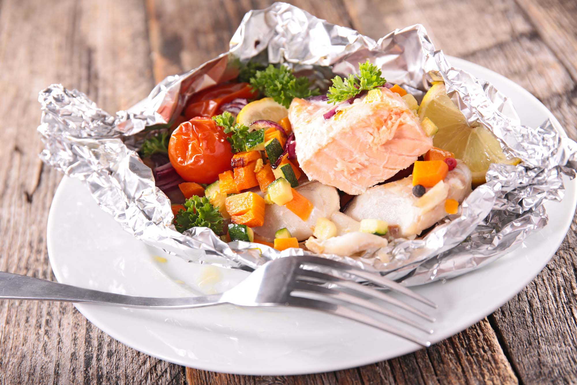 Fisk bagt med grøntsager og ingefær