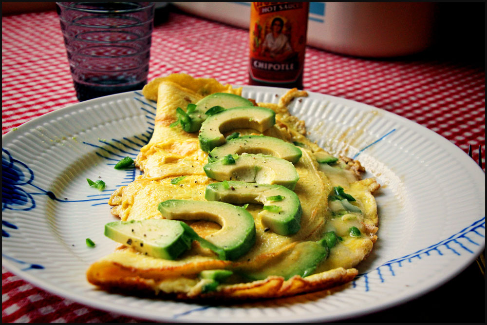 Omelet med avocado, chili og parmesan
