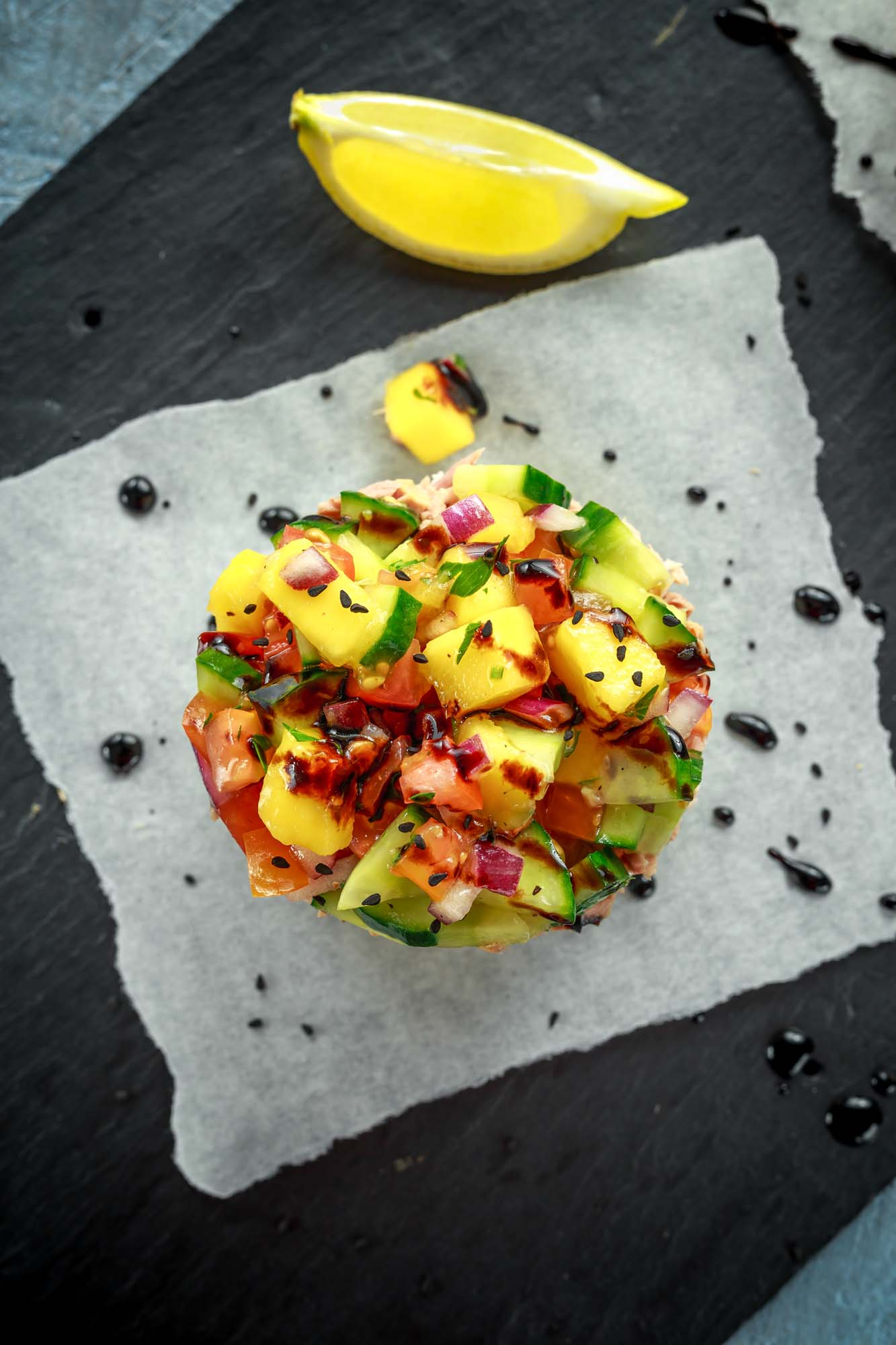 Avocado-, mango- og tomatsalsa
