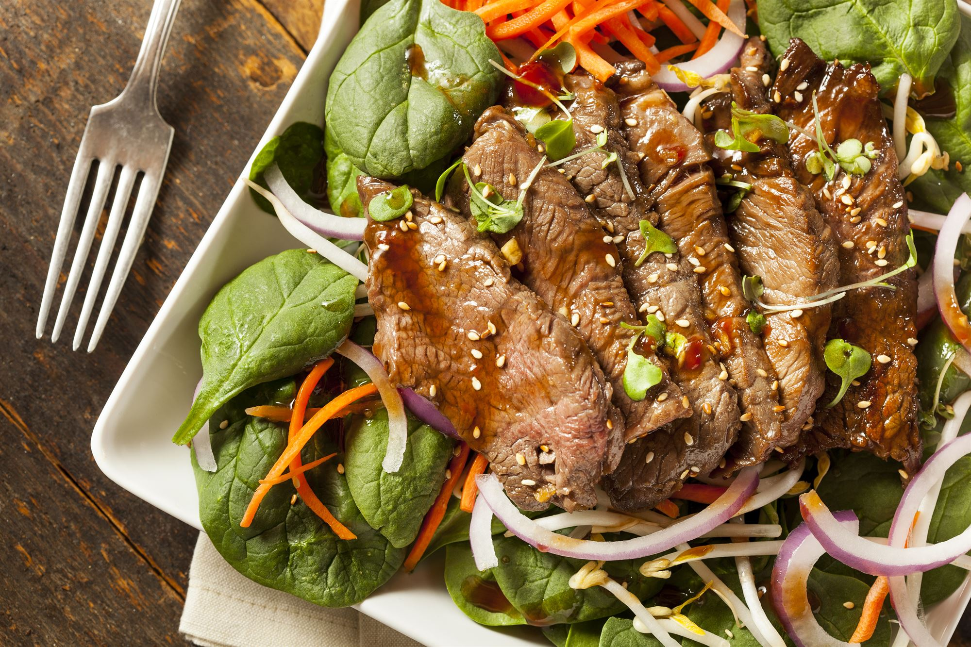 Thaisalat med oksekød, spinat og bønnespirer