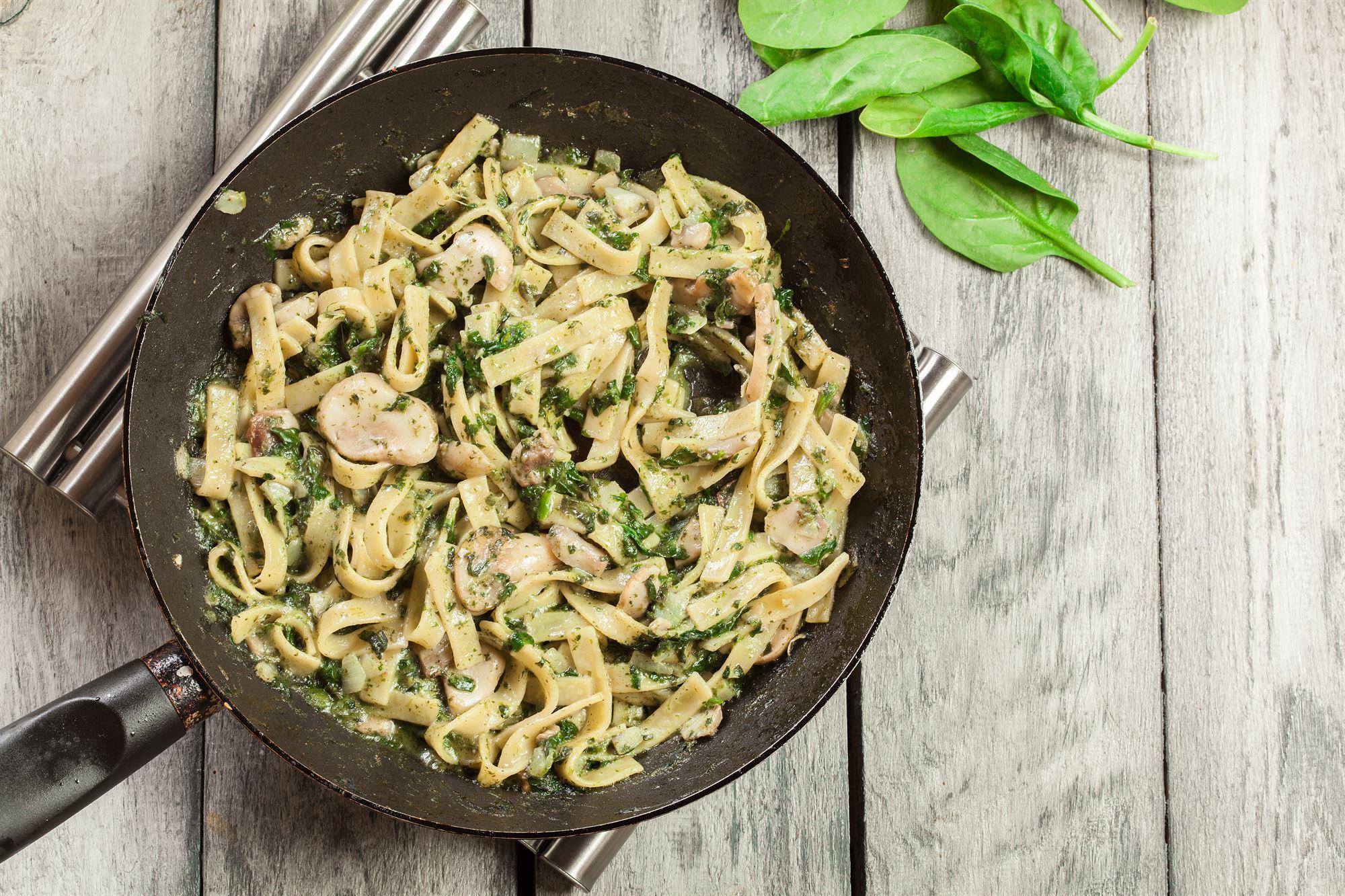 Pasta med jordskokker og spinat