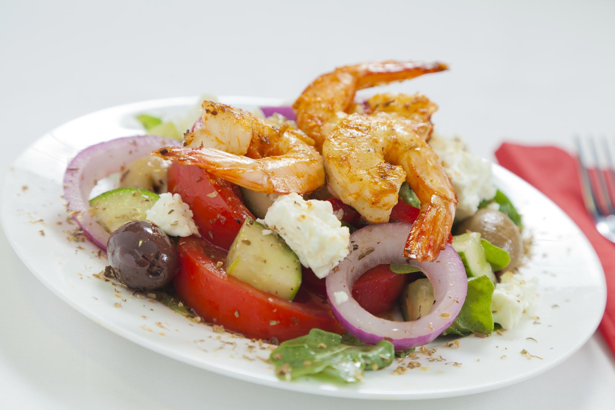 Græsk salat med grillede rejer