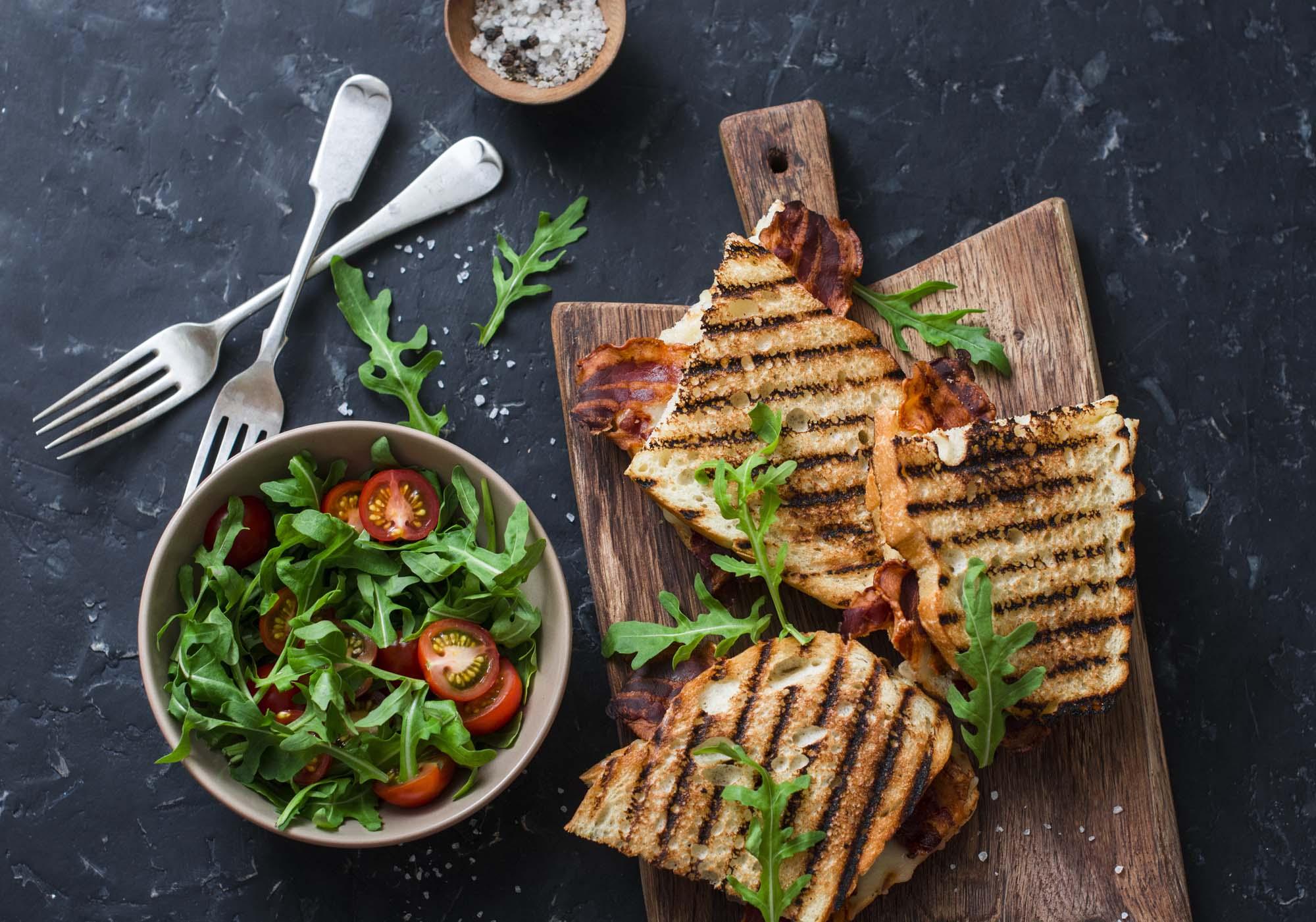 Bacon, mælkebøtte og tomat sandwich