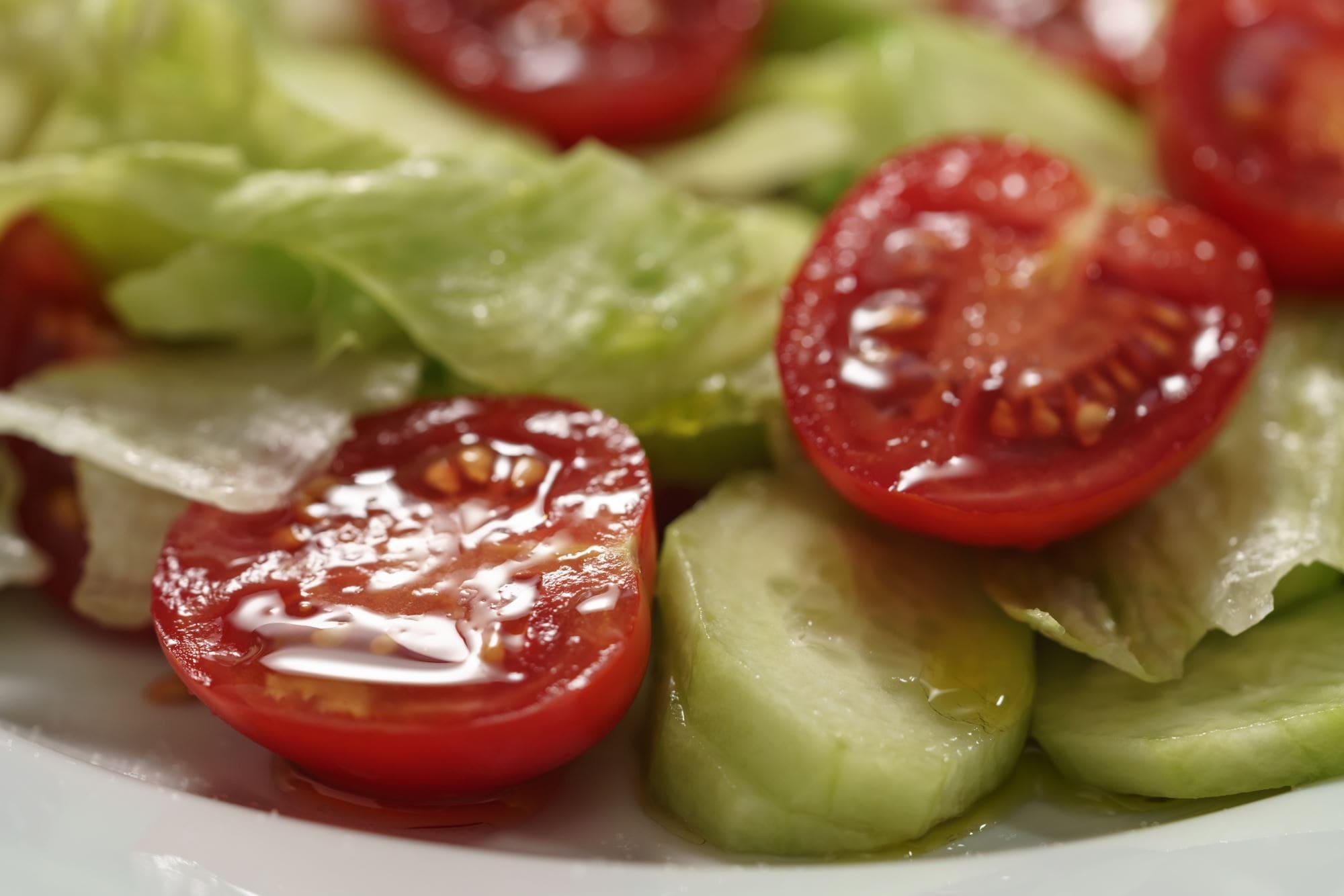 Agurke- og tomatsalat med kærnemælksdressing