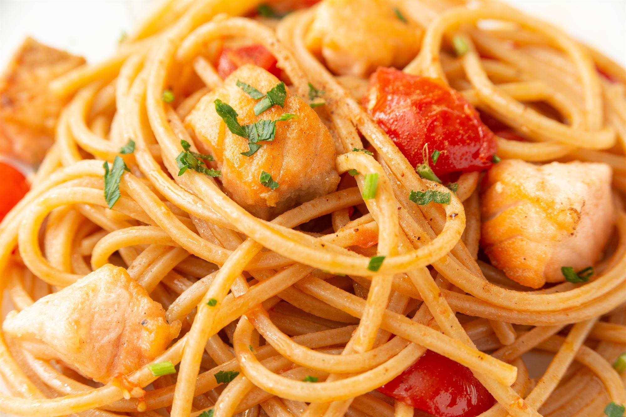 Laks med tomatsauce